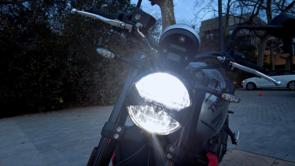 En definitiva, creo que la Triumph Trident 660 es una moto G E N I A L, que se va a ver muchísimo en las carreteras